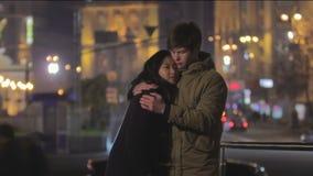 Romantische en datum, jong paar die, ogenblik van geluk zacht koesteren kussen stock videobeelden