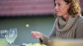 Romantische Fütterung am Tisch in der schönen Landschaft stock video