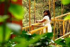 Romantische Flucht - attraktive Frau auf Brücke Lizenzfreie Stockbilder