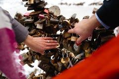 Romantische foto van leuk paar in openlucht in de winter Jonge mens die hem met ring voorstellen te huwen - zij houden handen stock foto