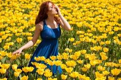 Romantische Frau auf dem Blumengebiet am sonnigen Tag Stockfotos
