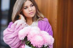 Romantische Frau mit Blumen in ihren Händen lizenzfreie stockfotografie