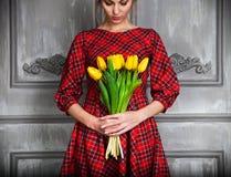 Romantische Frau mit dem blonden Haar mit Tulpenblumenstrauß Stockfotografie
