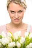 Romantische Frau mit Tulpe blüht Blumenstrauß Lizenzfreie Stockfotos