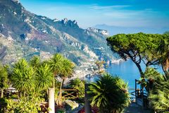 Romantische gang en siertuin met kleurrijke bloemen, Villa Rufolo, Ravello, Amalfi kust, Italië royalty-vrije stock fotografie