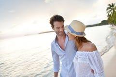 Romantische gang op het strand bij zonsondergang Stock Foto