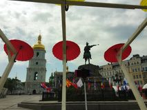 Romantische Gasse von bunten Regenschirmen Stockfoto