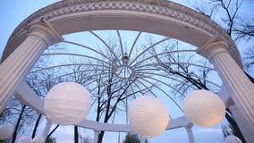 Romantische gazebo in het park op een blauwe hemelachtergrond stock video