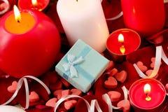 Romantische gift en rode rozen met kaarsen, liefdeconcept Stock Foto's