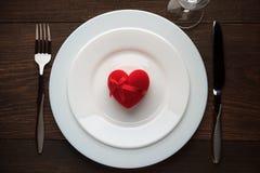 Romantische gift op witte plaat voor Valentijnskaartendag Stock Foto's