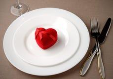 Romantische gift op witte plaat voor Valentijnskaartendag Royalty-vrije Stock Afbeelding
