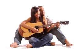 Romantische Gitarren-Lektion stockfoto
