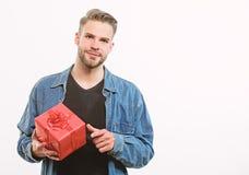 Romantische groet Tweede kerstdag Gelukkige Verjaardag Aanwezig mensenaandeel ongeschoren mens met huidige doos Knappe machomens stock foto