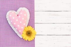 Romantische groetkaart met roze hart en gele bloembloesem royalty-vrije stock foto