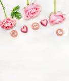 Romantische Grußkarte mit Mitteilung für Sie und mit Liebe und Schatzschokoladen auf hellem Hintergrund, Draufsicht, Grenze Stockbild