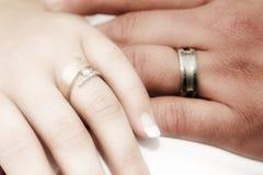 Romantische handen met huwelijk ri stock afbeeldingen