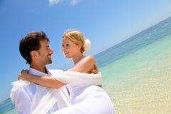 Romantische Hochzeit durch den Strand Stockbilder