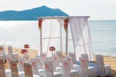 Romantische Hochzeitszeremonie auf dem Strand Lizenzfreie Stockfotos