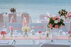 Romantische Hochzeitszeremonie auf dem Strand Lizenzfreies Stockbild