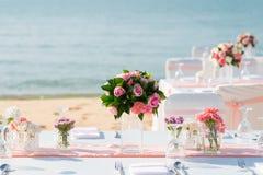 Romantische Hochzeitszeremonie auf dem Strand Lizenzfreie Stockbilder