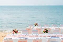 Romantische Hochzeitszeremonie auf dem Strand Stockfotografie