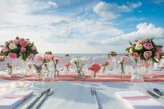 Romantische Hochzeitszeremonie auf dem Strand Stockfotos