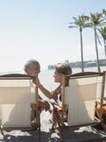 Romantische Hogere Paarzitting op Deckchairs Stock Afbeelding
