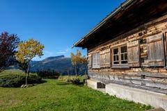 Romantische houten berghut in Kleinwalsertal-vallei dichtbij Ifen, Oostenrijk Stock Foto