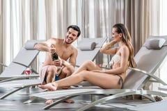Romantische jonge mens die een fles champagne openen terwijl het ontspannen royalty-vrije stock afbeeldingen