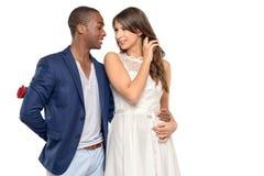 Romantische jonge mens die zijn meisje omhelzen Royalty-vrije Stock Foto