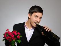 Romantische jonge mens met bloemen op een datum Stock Foto's