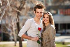 Romantische jonge minnaars Stock Foto