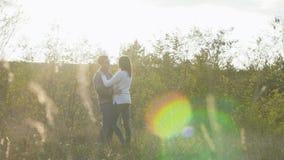 Romantische jonge paaromhelzing en rotatie rond op aard langzaam stock videobeelden