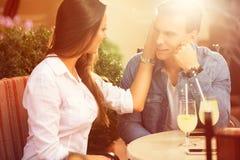 Romantische jonge paarzitting in een koffie stock foto's