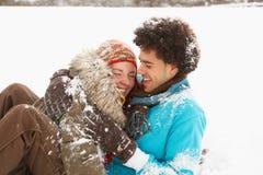 Romantische Jugendpaare, die Spaß im Schnee haben Stockfotografie