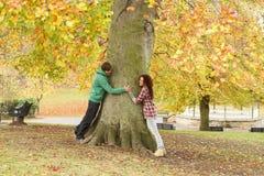 Romantische Jugendpaare durch Tree Stockbild