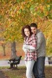 Romantische Jugendpaare im Herbst-Park Stockfotos