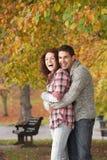 Romantische Jugendpaare im Herbst-Park Lizenzfreies Stockfoto