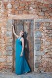 Romantische junge blonde Frau auf Steinwandrückseite Stockfoto