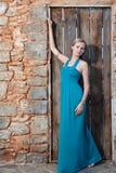 Romantische junge blonde Frau auf Steinwandrückseite Stockbild