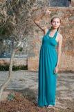 Romantische junge blonde Frau nahe Olivenbaum Stockfoto