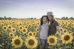 Romantische junge kaukasische Paare Stockbilder
