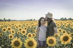 Romantische junge kaukasische Paare Stockfoto