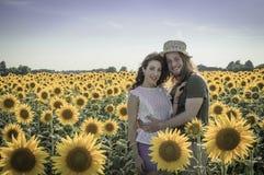 Romantische junge kaukasische Paare Lizenzfreie Stockfotos