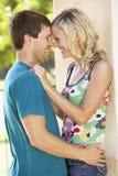 Romantische junge Paare außerhalb des Gebäudes Lizenzfreie Stockfotos