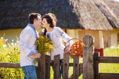 Romantische junge Paare, die draußen küssen Lizenzfreie Stockfotos