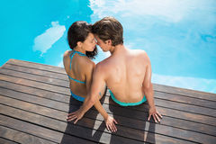 Romantische junge Paare durch Swimmingpool Lizenzfreie Stockfotografie