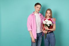 Romantische junge Paare, gut aussehender Mann im rosa Hemd mit schönem nettem blondem Mädchen lizenzfreie stockbilder