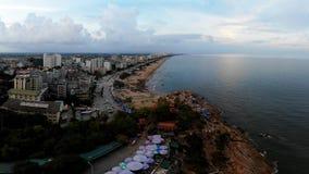 Romantische junge Stadt auf der Küste stockbilder