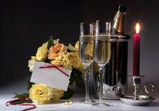 Romantische kaart met het branden van kaarsen en champagne Royalty-vrije Stock Foto